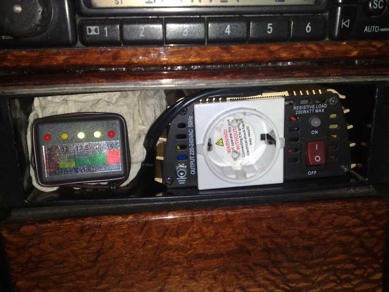 Ukazatel stavu baterie a dobíjení AKUTESTR220V